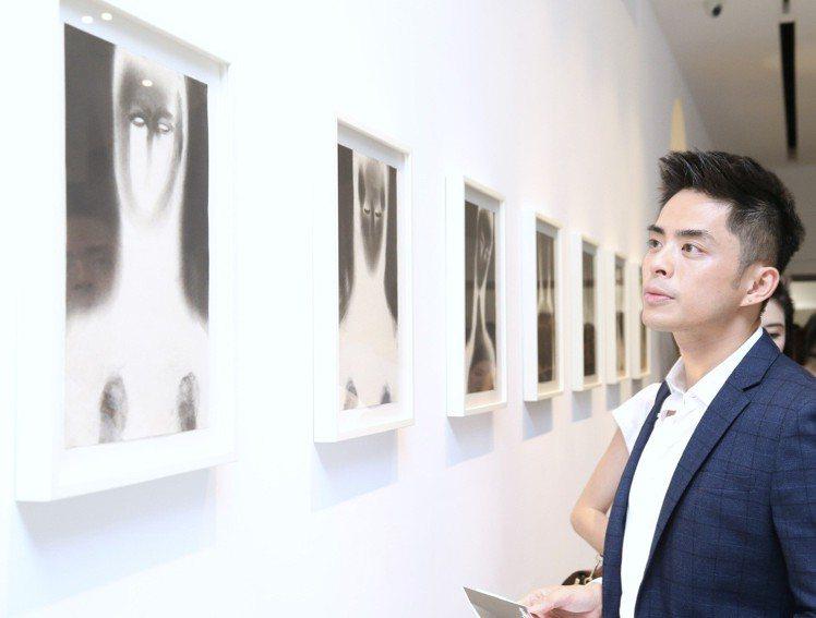 現場展出各式當代藝術作品,令觀賞者目不轉睛。記者許正宏/攝影