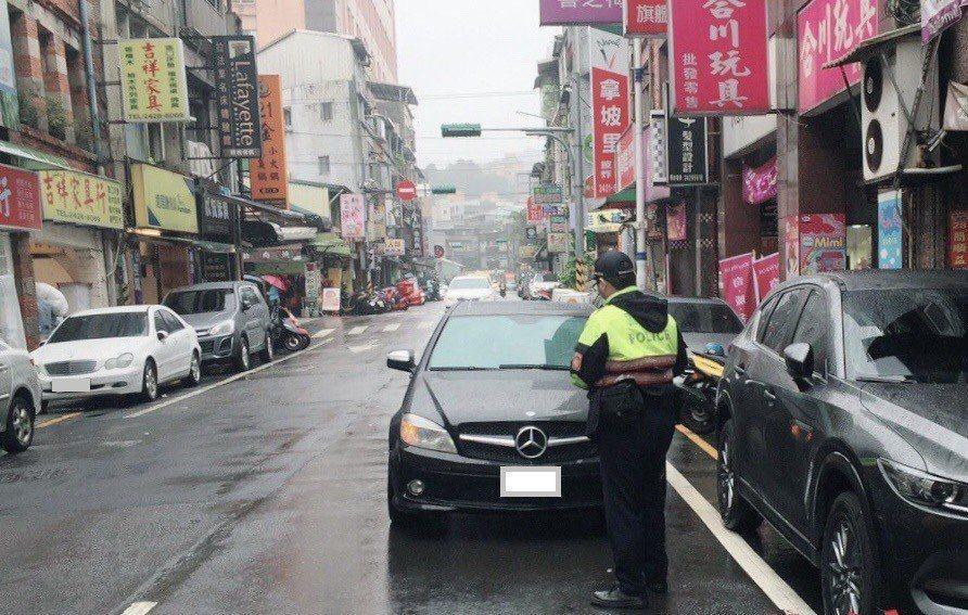 基隆市一名男子將車子違規併排停車,不滿被警開單罵「沒看過你這麼爛的警察」,法官依...