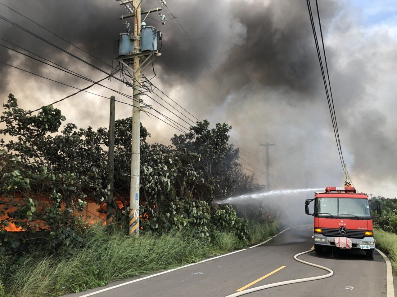 桃園市大園區潮音北路380號一處空地今天下午3點多竄出火勢,由於現場堆置大量棧板...