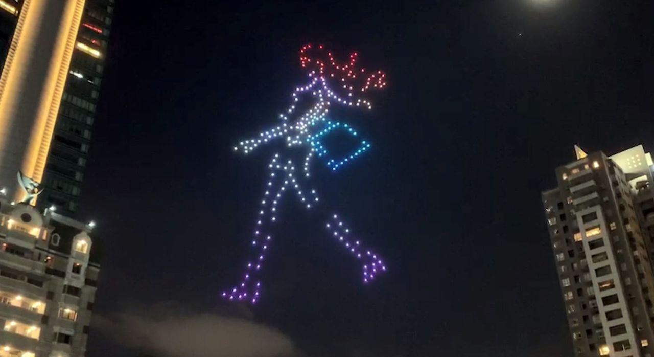 台中市政府今晚出動300架無人機,以不同的燈光顏色,在夜空中演出台中購物節圖案,...