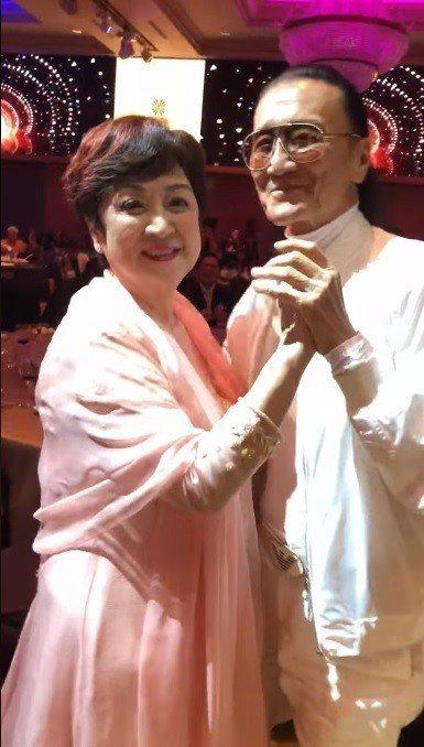 甄珍與謝賢在慈善晚宴上再度共舞。圖/翻攝自臉書