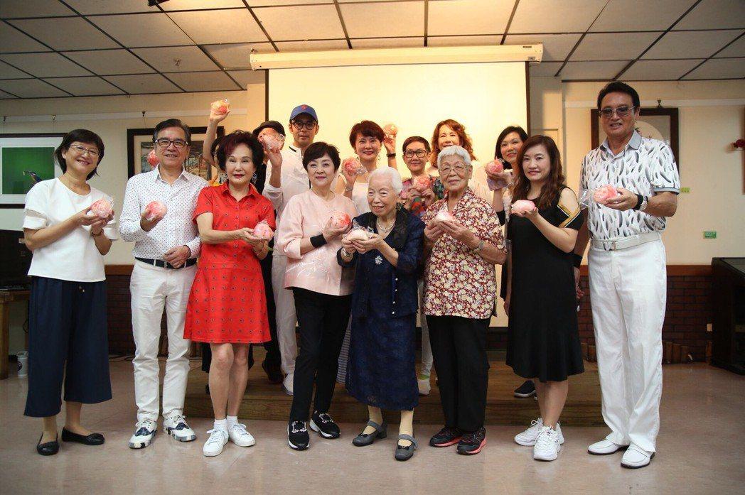 甄珍與群星造訪高市社會局長青中心獻愛心。圖/高雄市政府新聞局提供