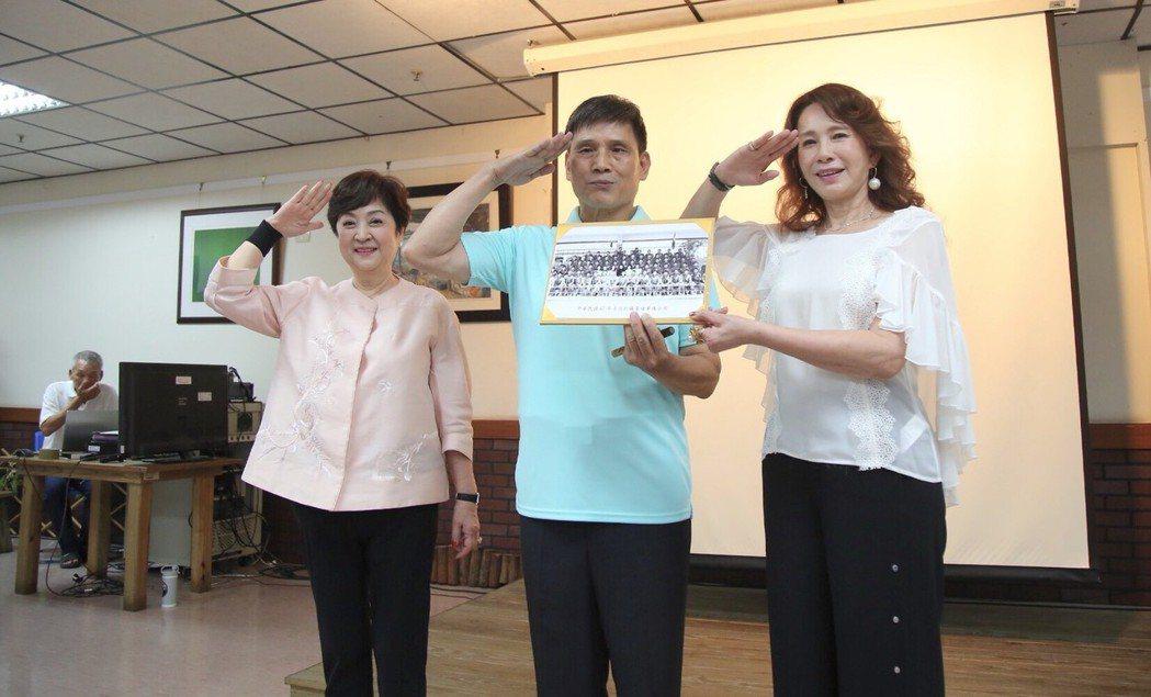 甄珍(左)、周丹薇(右)與曾在「黃埔軍魂」的羅中華重逢。圖/高雄市政府新聞局提供
