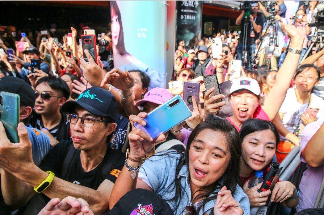眾多影迷守在星光大道旁,爭睹巨星丰采。記者王騰毅/攝影