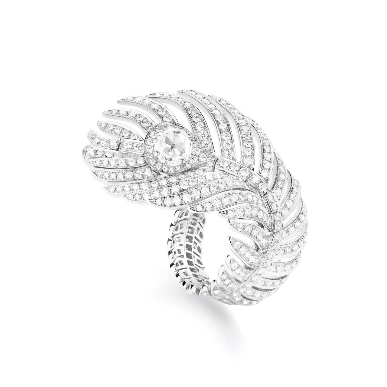 林依晨配戴寶詩龍頂級珠寶系列孔雀羽毛鑽石戒指,約138萬元。圖/寶詩龍提供