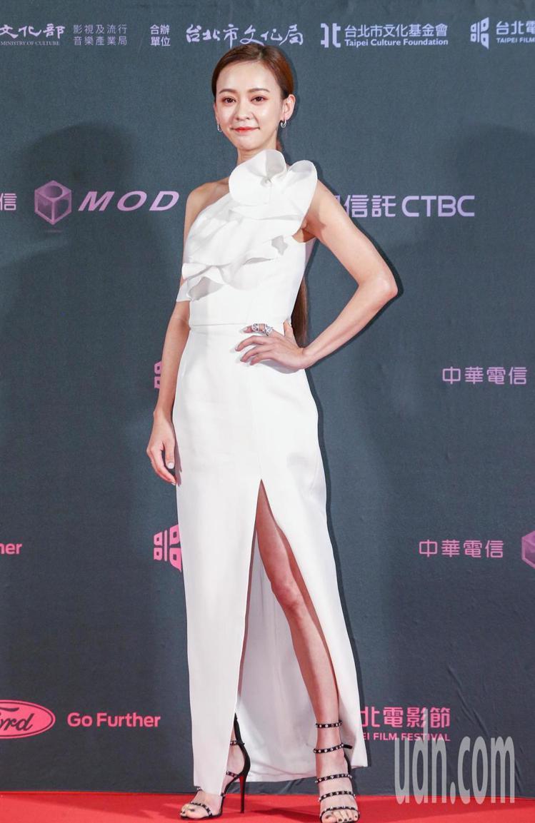 台北電影獎頒獎人陳意涵以白色禮服搭配伯爵珠寶。記者曾原信/攝影