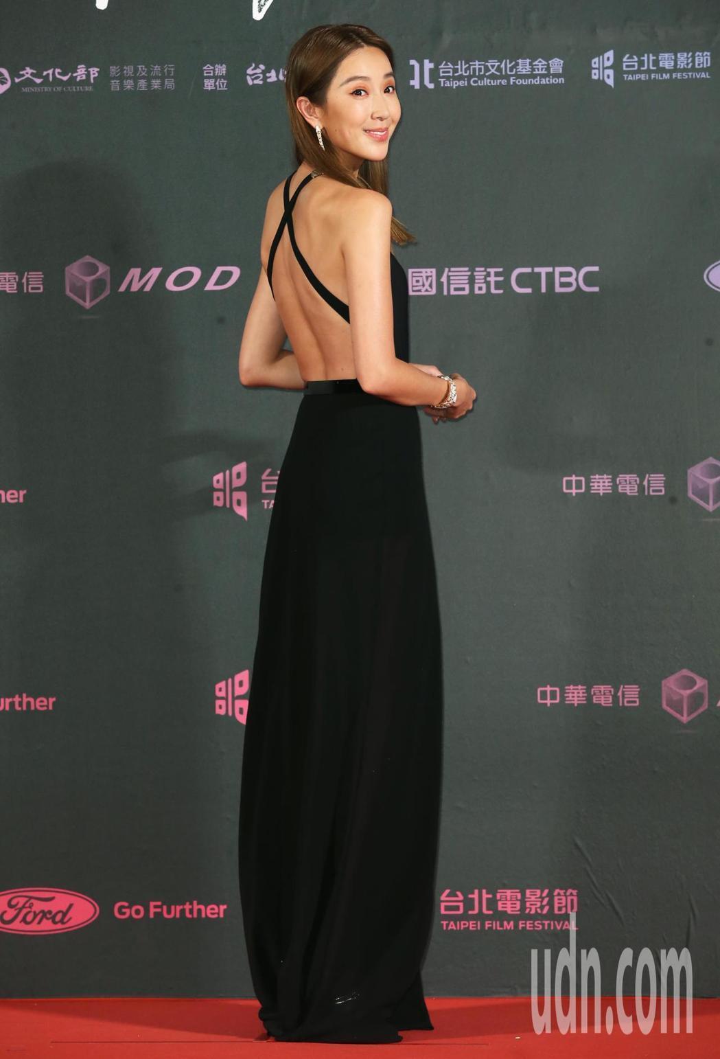 隋棠擔任2019台北電影節獎頒獎人秀出美背。記者徐兆玄/攝影