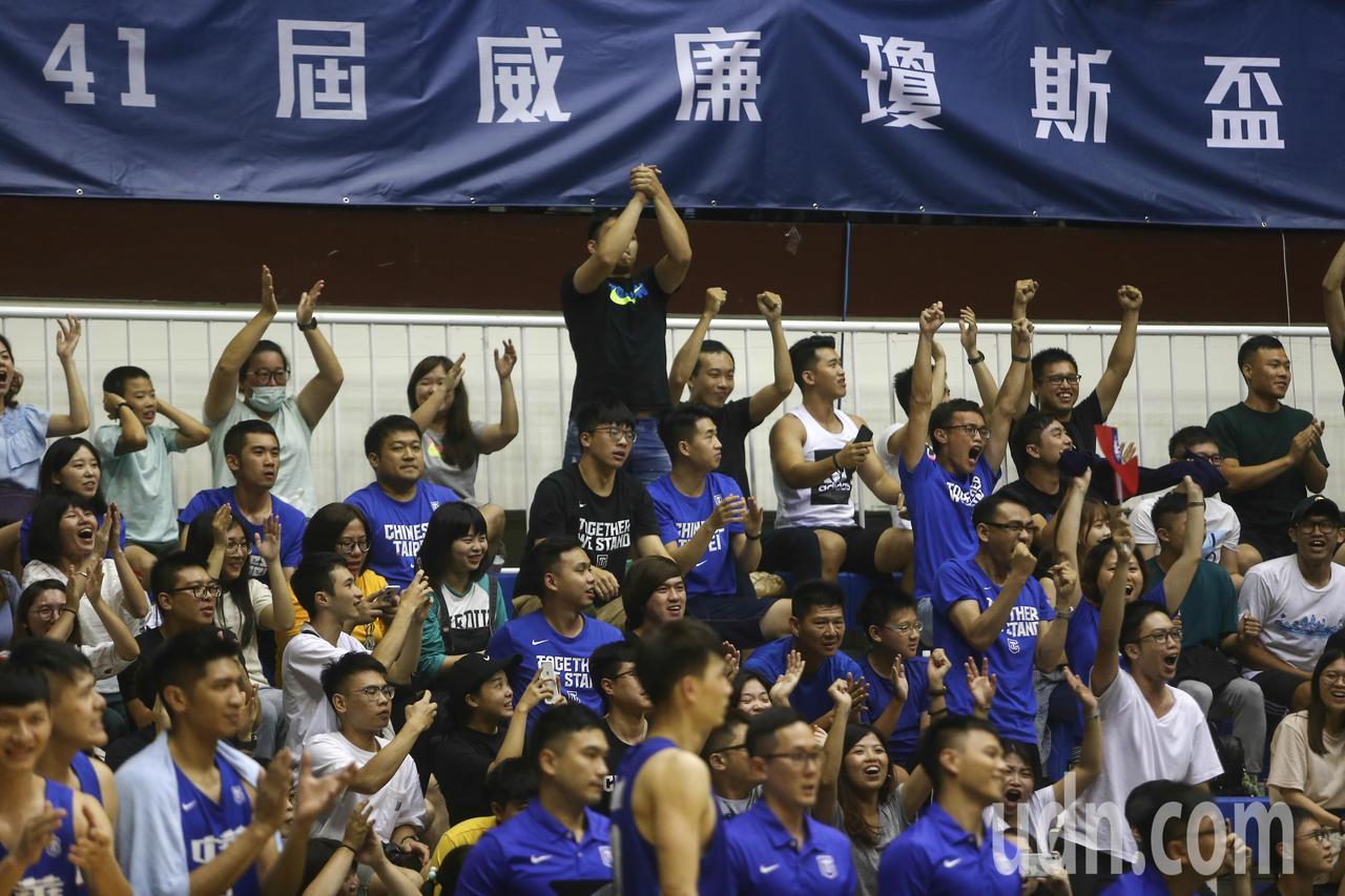 中華藍一度領先12分又被追平進入延長賽,最後辛苦取得勝利,球迷振臂歡呼。記者黃仲...