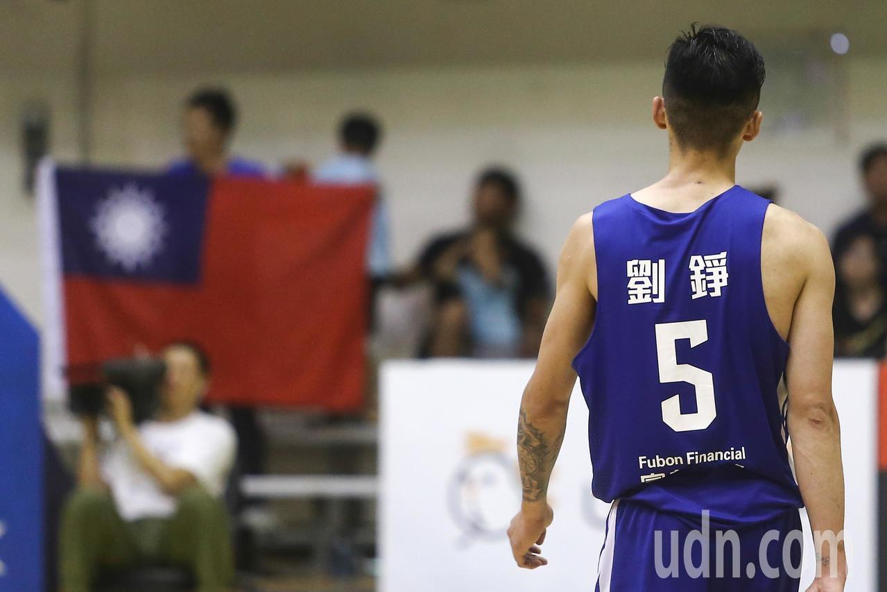 中華藍劉錚頻頻得分,球迷開心舉起大國旗慶祝。記者黃仲裕/攝影