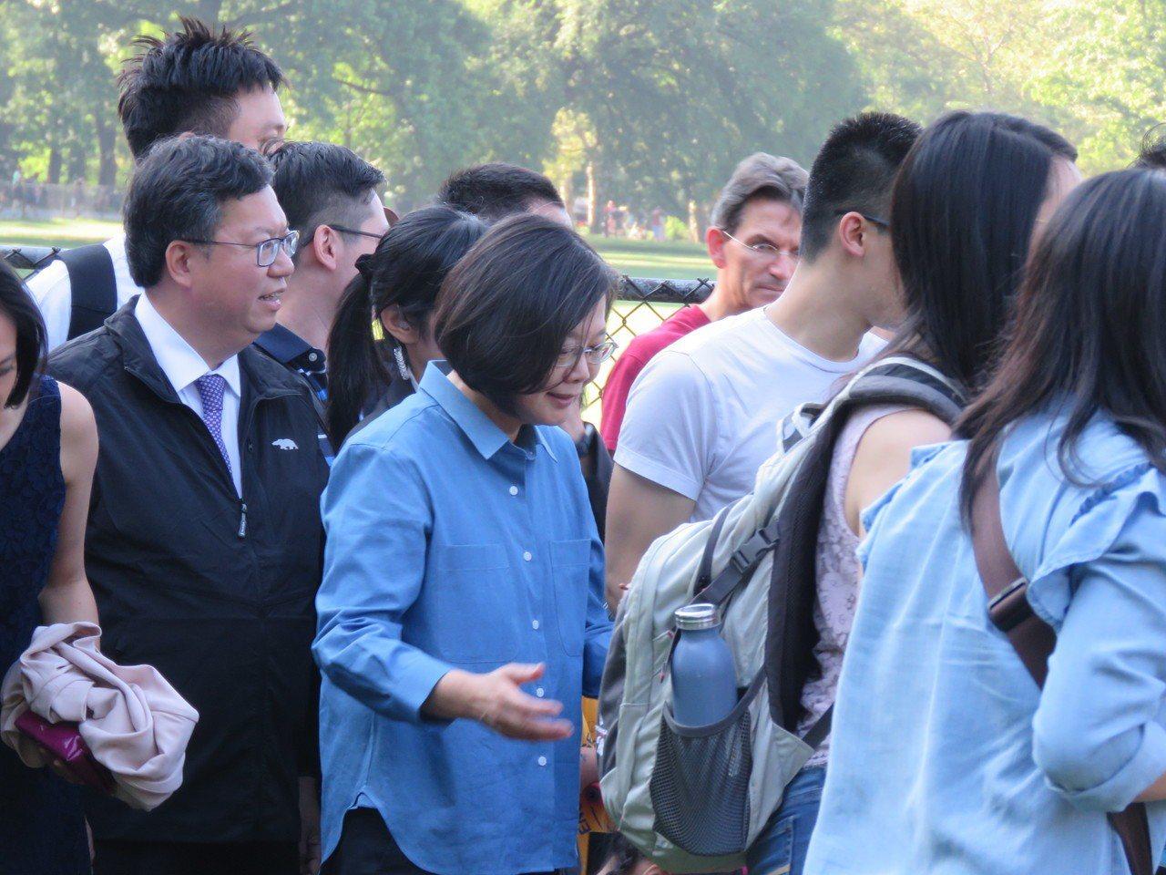 總統蔡英文過境美國紐約,13日上午在中央公園與留學生健走。記者張加/攝影