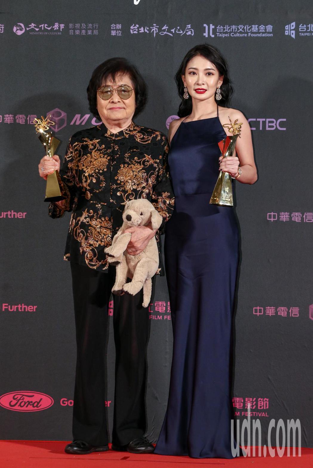 台北電影獎最佳女主角,由短片帶媽媽出去玩女主角劉引商(左),與劇情長片野雀之詩女...