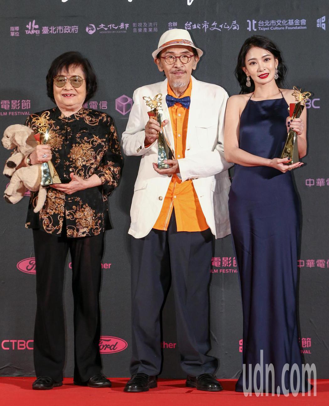 台北電影獎最佳女主角劉引商(左),與李亦捷(右),與最佳男主角小戽斗(中)合影。...