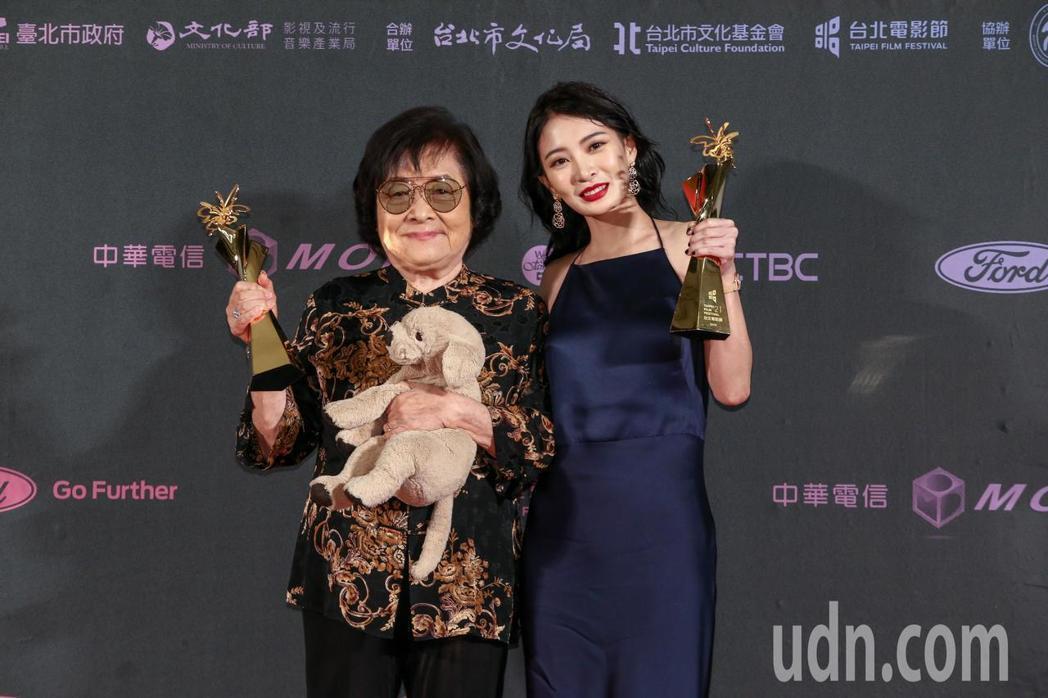台北電影獎最佳女主角,由短片帶媽媽出去玩女主角劉引商(左),與劇情長片野雀之詩女