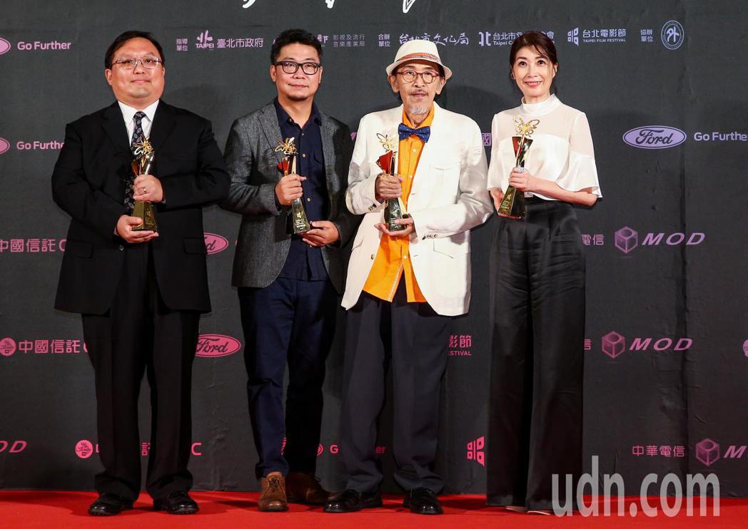 台北電影獎最佳劇情長片由老大人獲得,左起為監製唐在揚、導演洪伯豪、男主角小戽斗、...