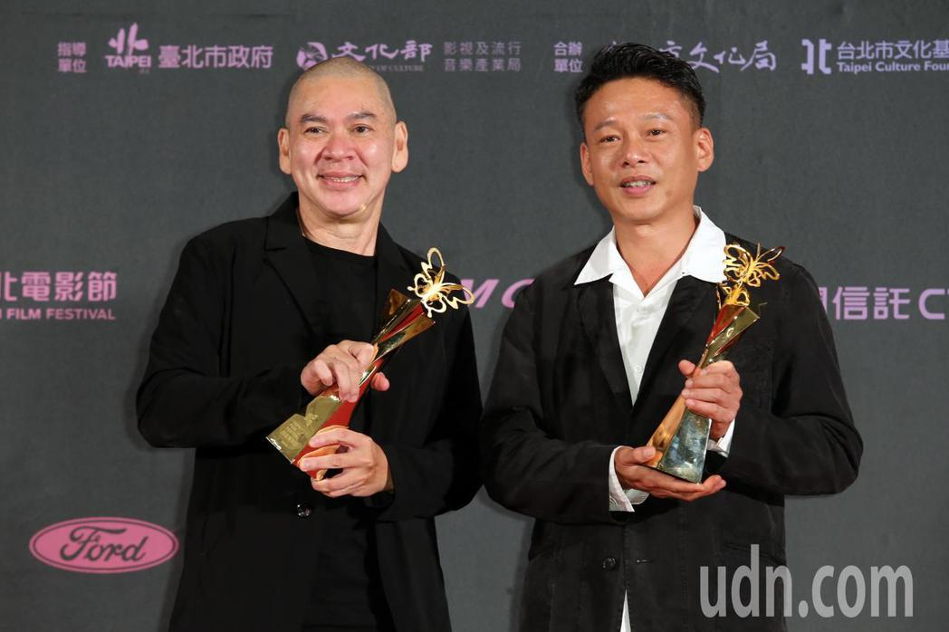 蔡明亮(左)拿下最佳紀錄片及最佳導演二項大獎與李康生(右)在後台拍照。記者徐兆玄