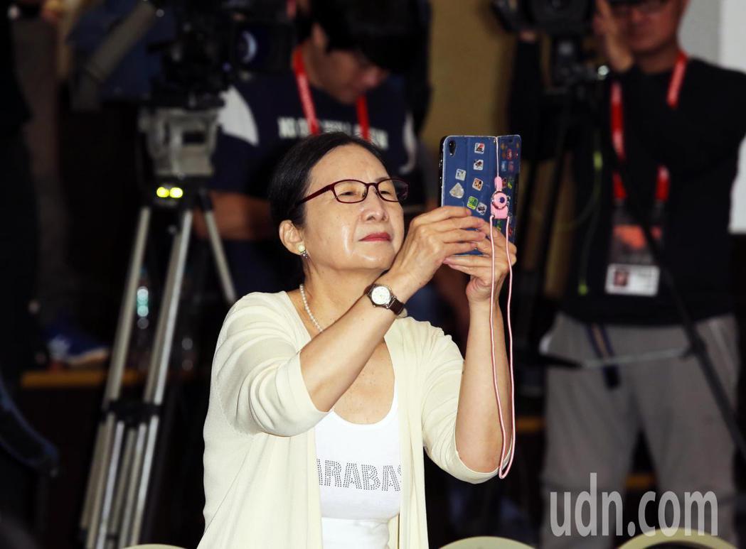 小戽斗的太太在後台拿起手機幫小戽斗留下珍貴的紀錄。記者徐兆玄/攝影