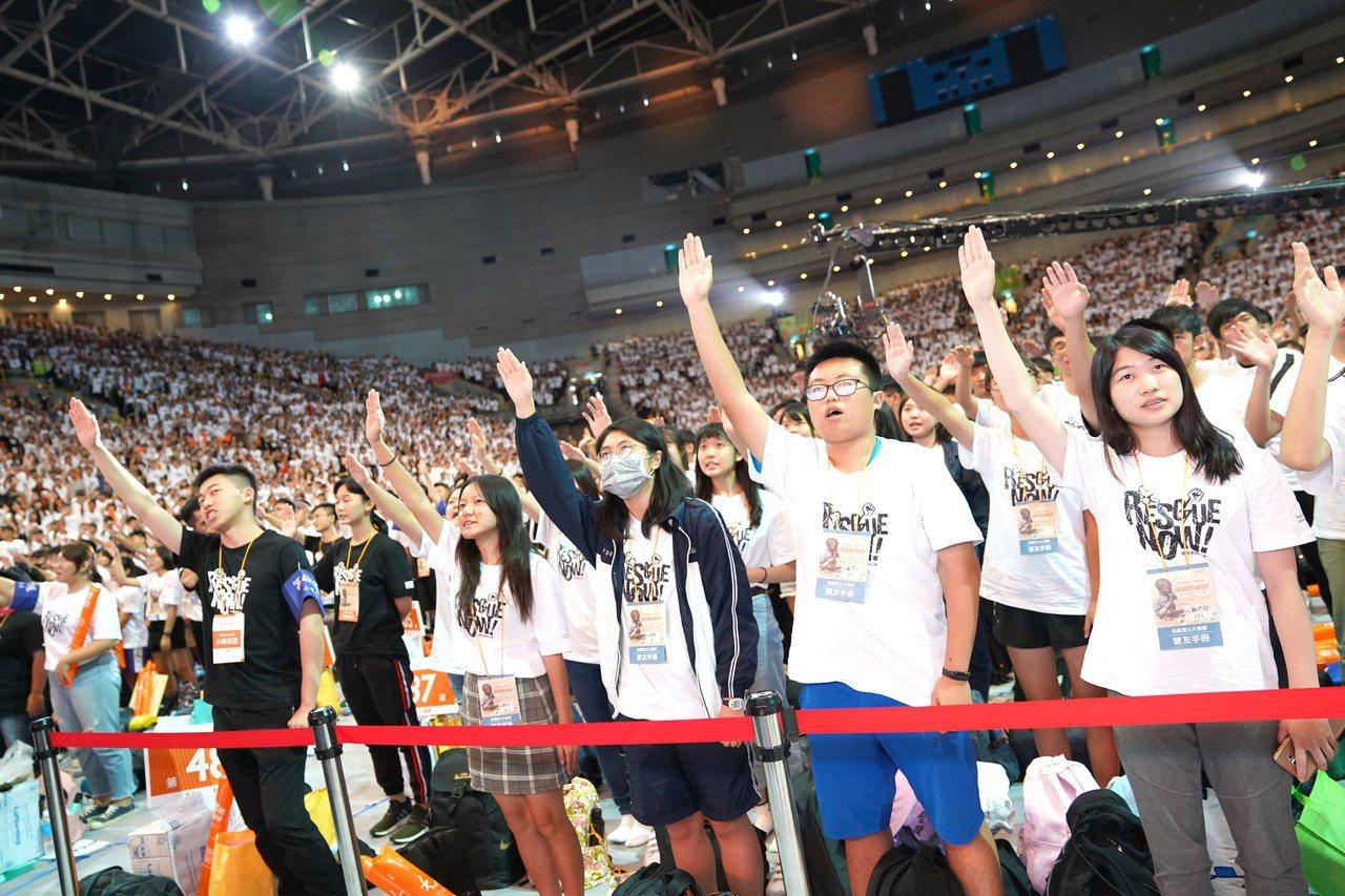 台灣世界展望會今天在高雄巨蛋體育館展開的第30屆飢餓三十飢餓勇士大會師 ,因有參...