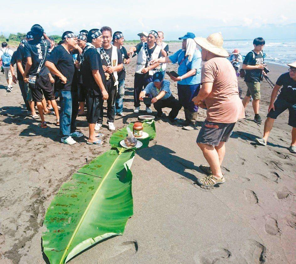 海祭過程莊嚴,淨灘後設祭拜祀祖靈,吟唱古謠,並在沙灘上鋪上香蕉葉,擺放祭品。 記...