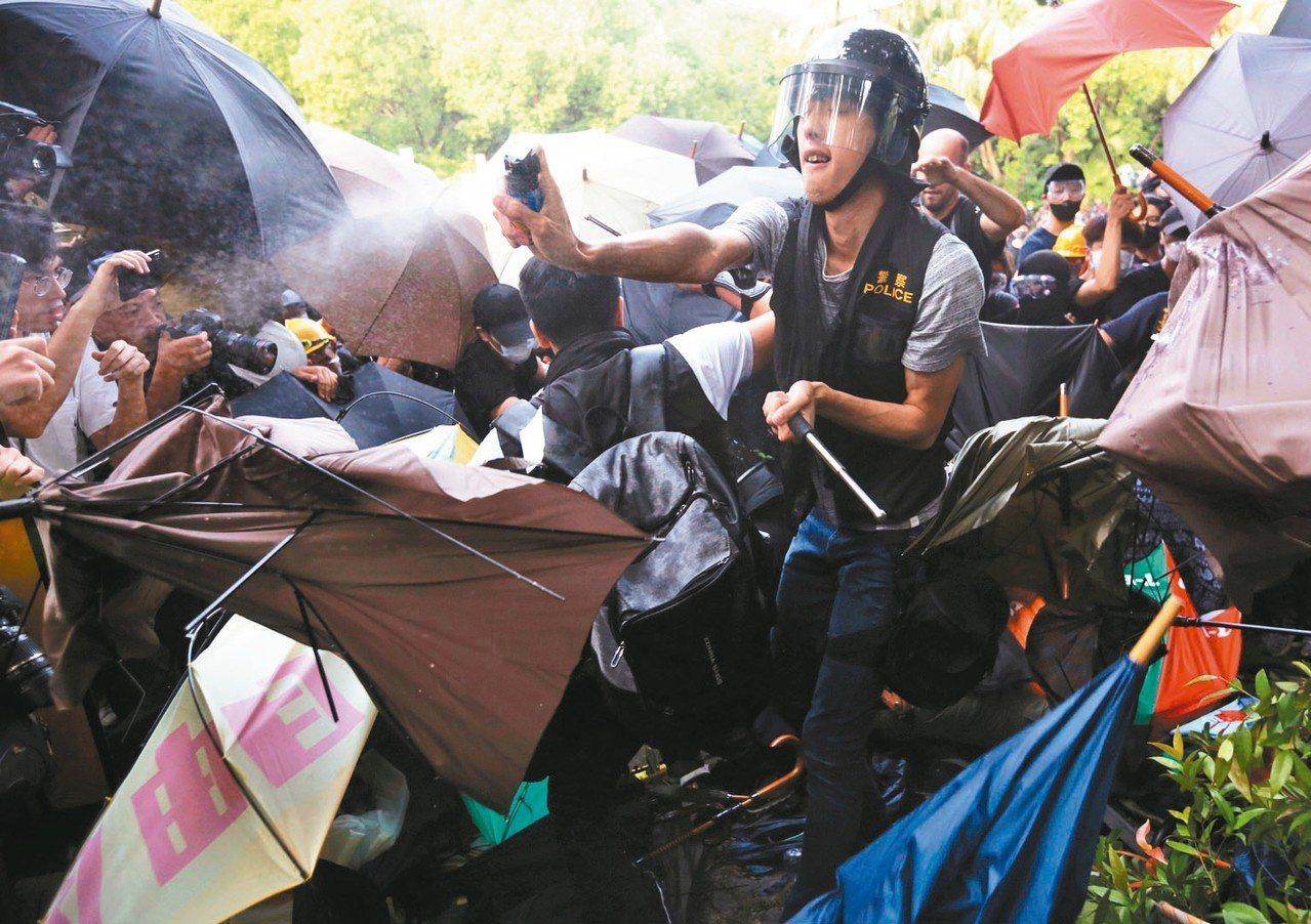 香港民眾為水貨客問題昨發起「光復上水」遊行,遊行結束後爆發警民衝突,警方施放胡椒...