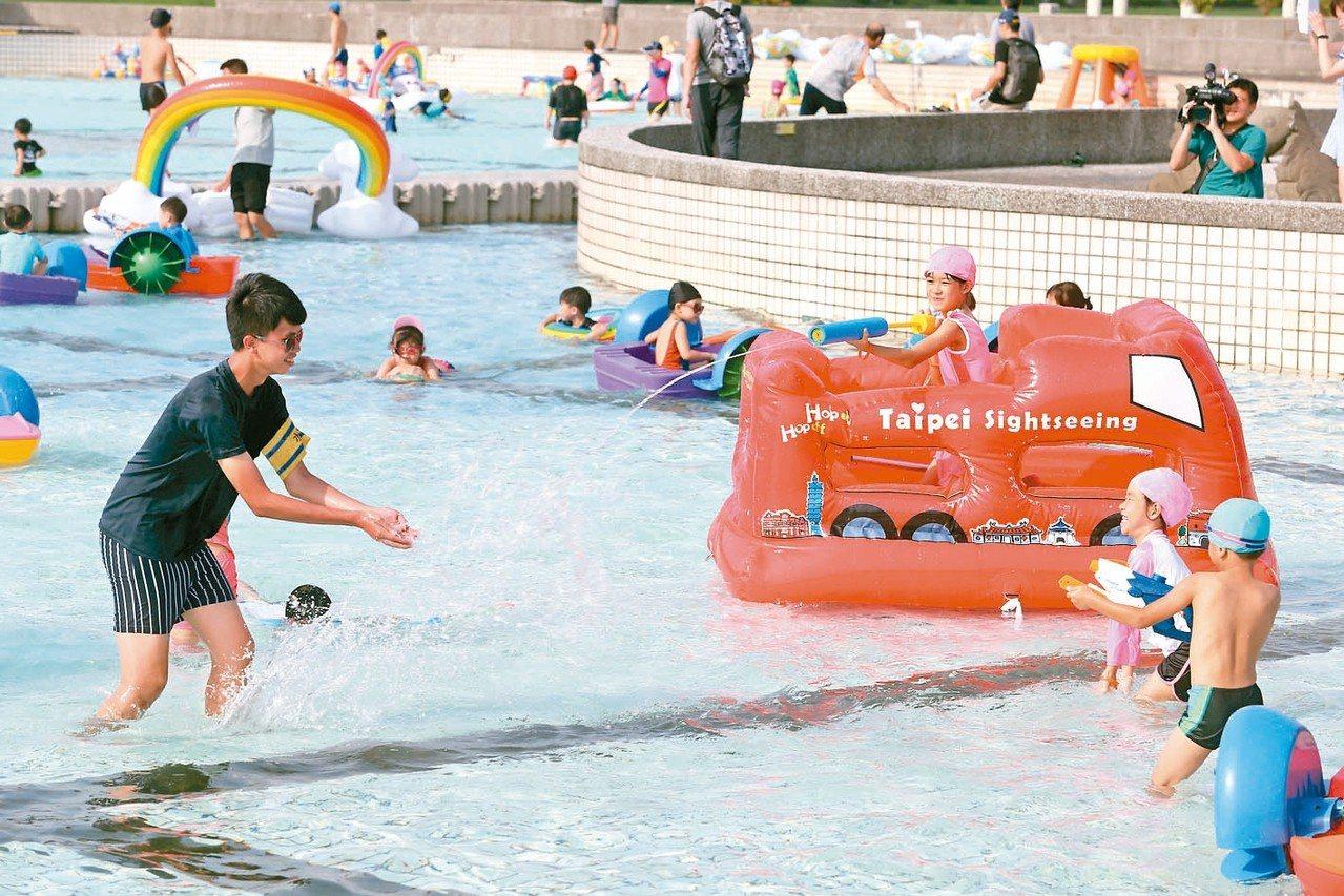 近日台灣各地酷熱,剛開幕的「台北河岸童樂會-熊讚水樂園」,成為許多孩童戲水消暑的...