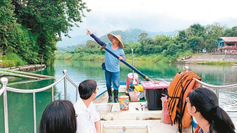 「人力擺渡」在碧潭已有一百卅年歷史,早期多為交通用途,擺渡居民到對岸。 記者張曼蘋/攝影