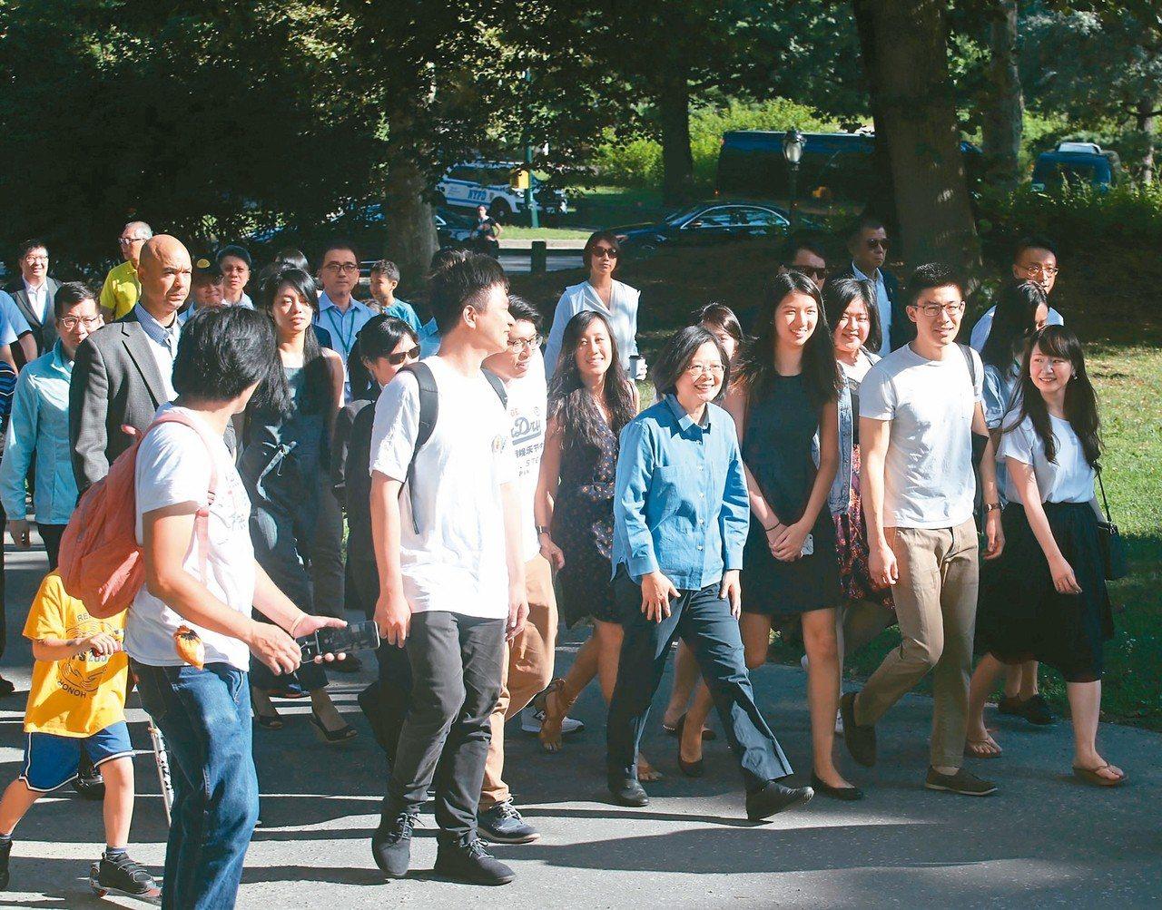 蔡英文總統(前中藍衣者)過境美國紐約最後一天行程,到中央公園與台灣留學生一起健走...