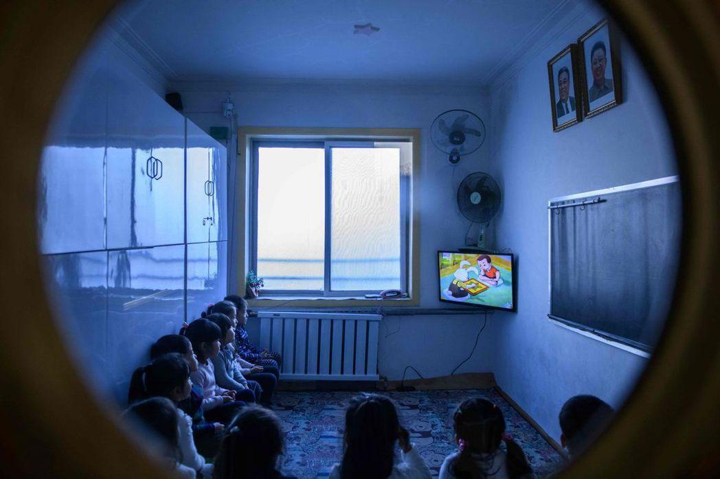 全北韓教室均懸掛金日成父子肖像。 (法新社)