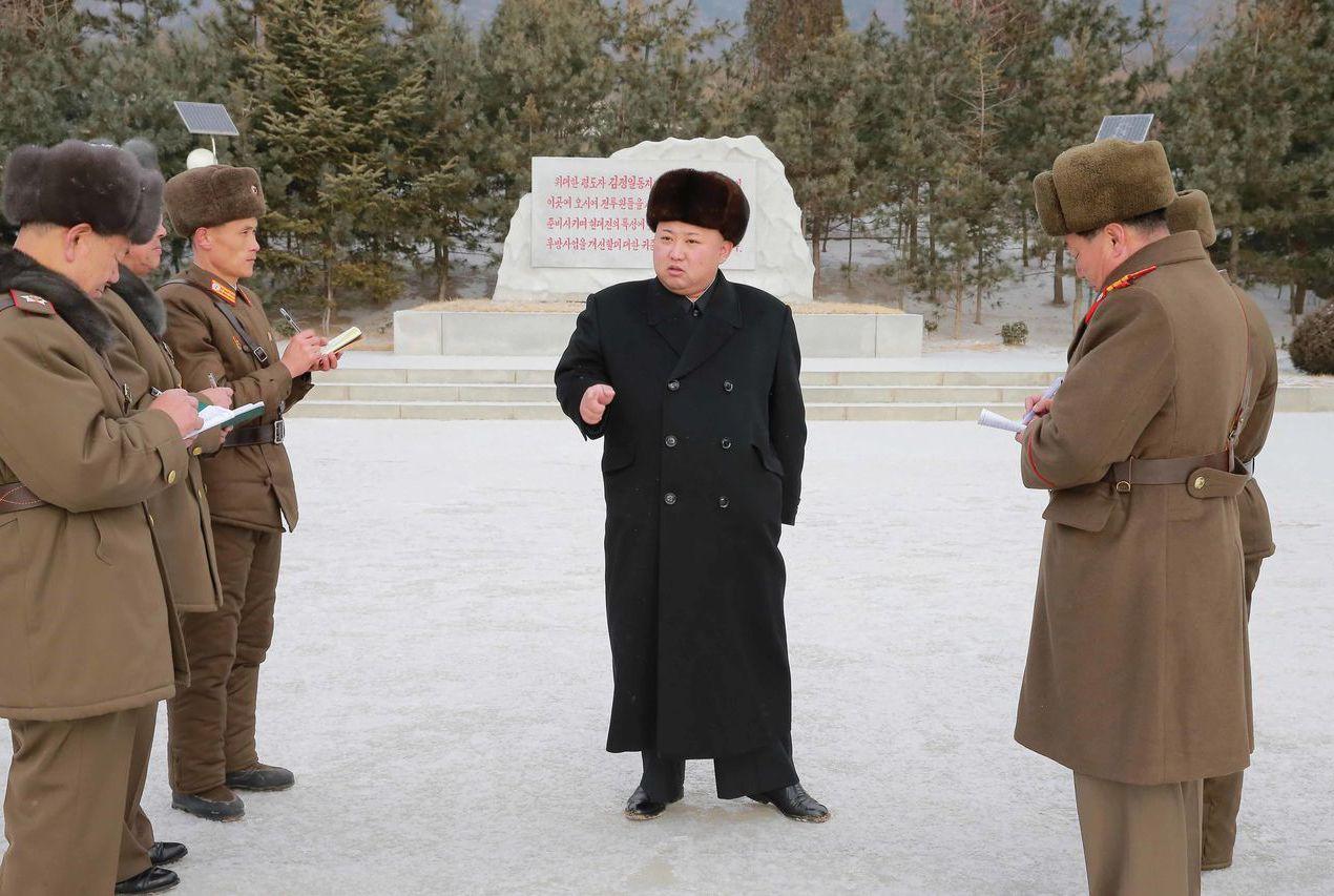 北韓教育專門教導金氏家族相關知識,圖為金正恩視察部隊。 (新華社)