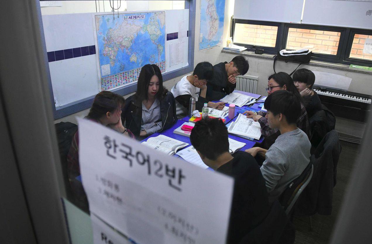 脫北者即使在北韓完成學業,仍缺乏基本知識,因為北韓教育充斥著對領導人的讚美。 (...