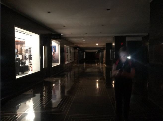 許多大樓只剩安全照明燈。圖擷自@Erica4NY