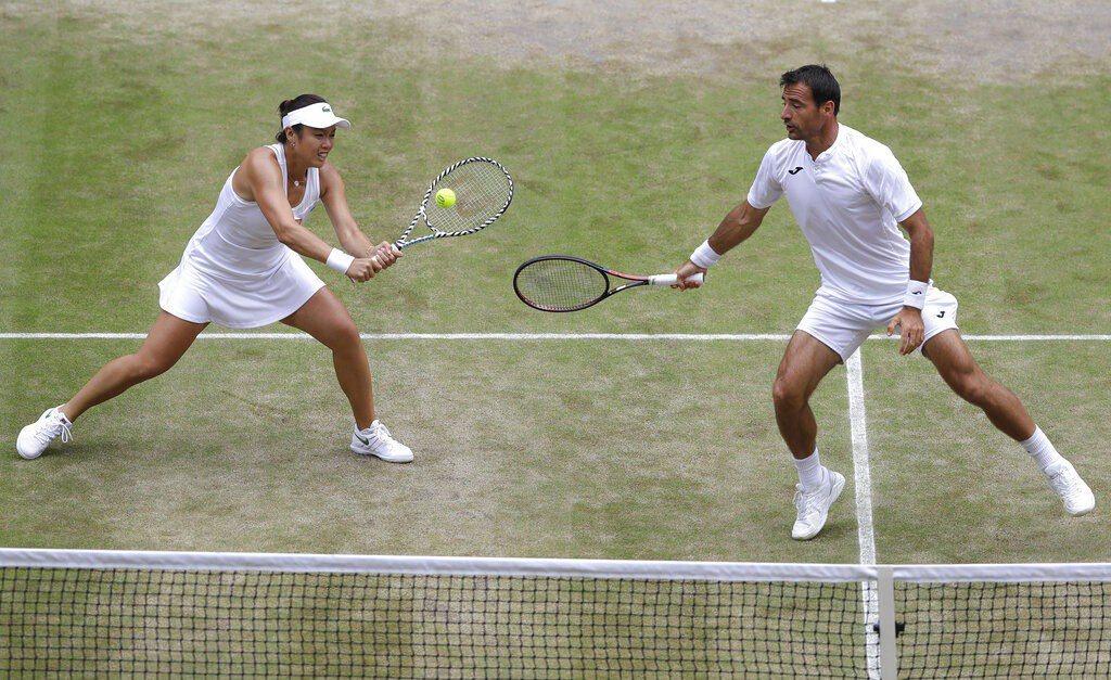 我國網球好手詹詠然(左)和克羅埃西亞搭檔多帝吉(右),奪下溫布頓混雙冠軍。 美聯...