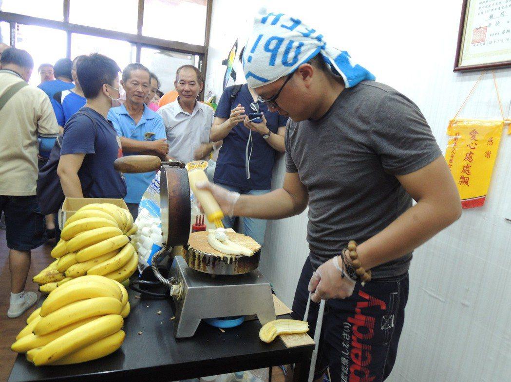 反韓的香蕉煎餅店在高雄觀光日後聲名大噪,房東拒租店面,曾移到高雄市議員黃捷服務處...