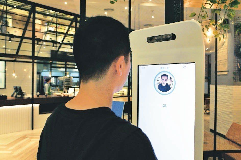 大陸業者近來推出人臉支付服務,人行正針對此技術提出監管規則,防範風險。 網路照片
