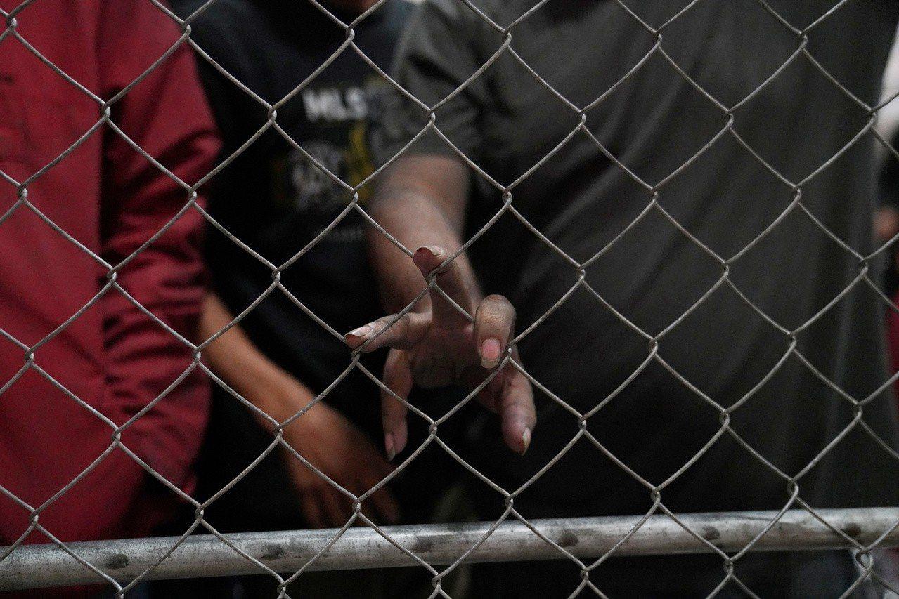 民主黨總統參選人批川普大規模移民突擊檢查。 路透社
