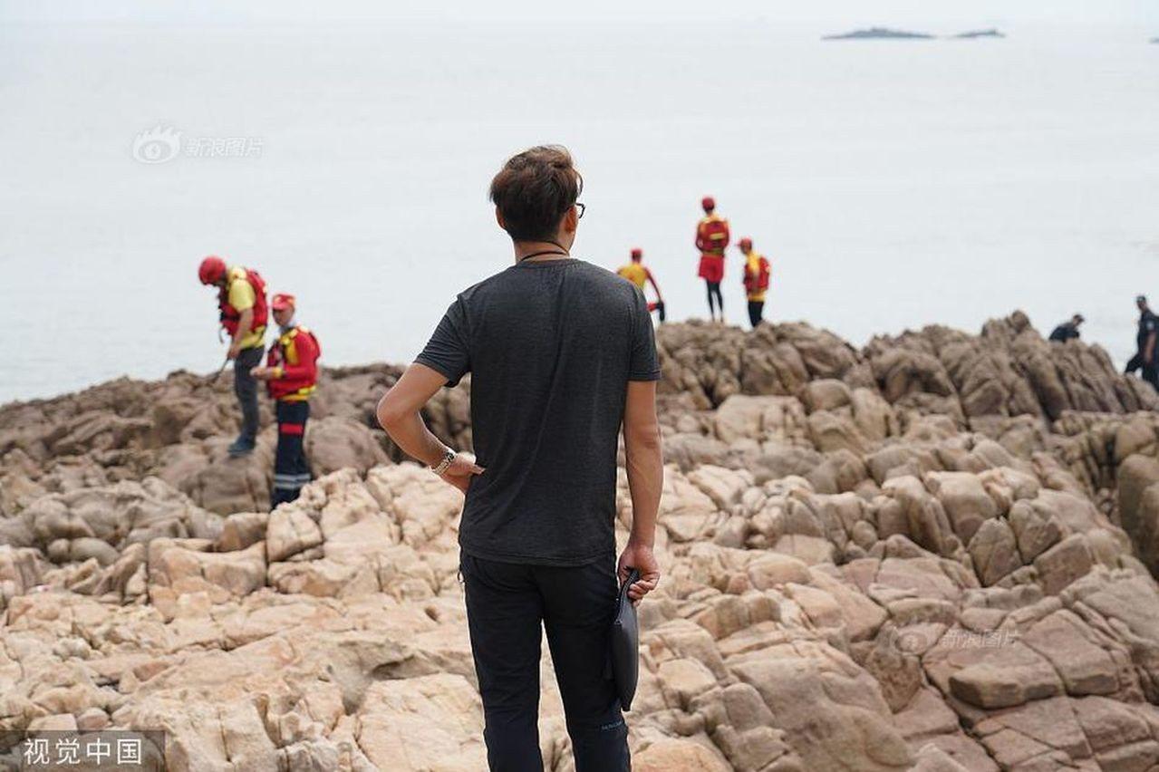 女童父親章軍在海邊尋女的畫面。(取材自微博/視覺中國)