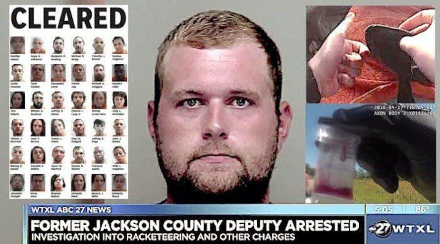 佛羅里達州警察韋斯特(中)因涉嫌將毒品放入無辜駕駛人的車內、陷人入獄,被控52項...