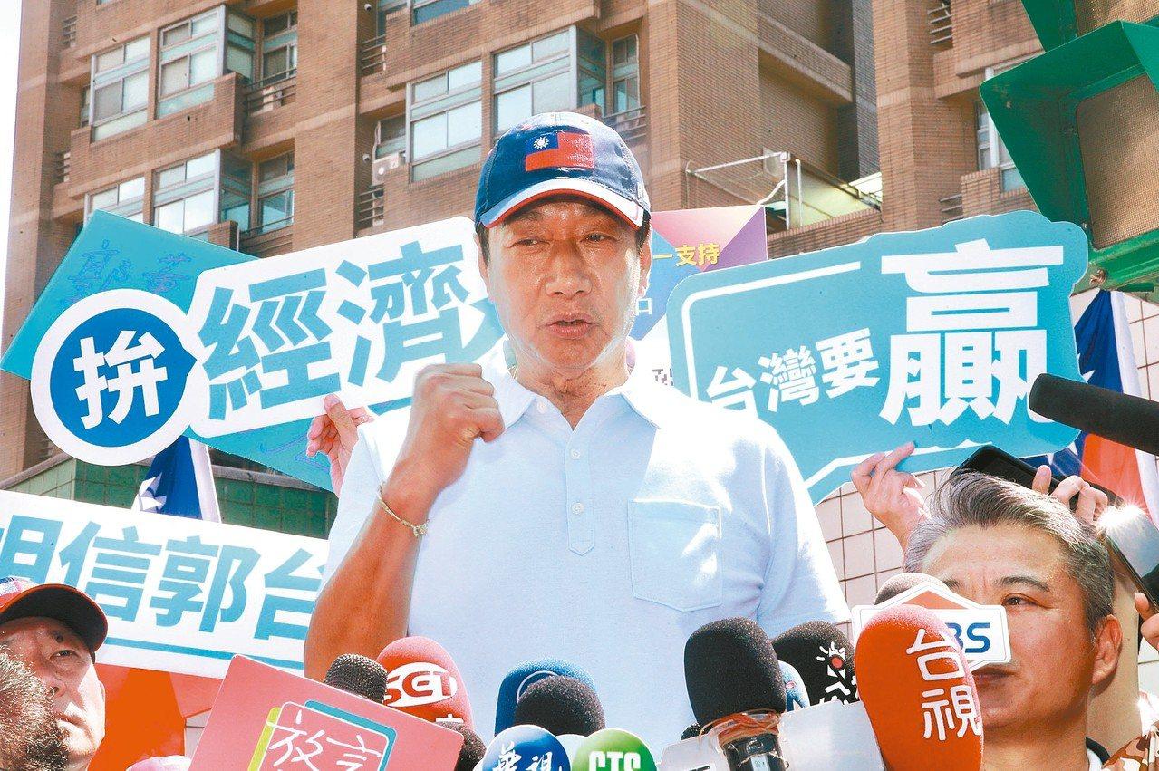 國民黨總統初選參選人郭台銘上午在台北市文山區舉辦「跟著郭懂遊街去」的拜票、掃街行...