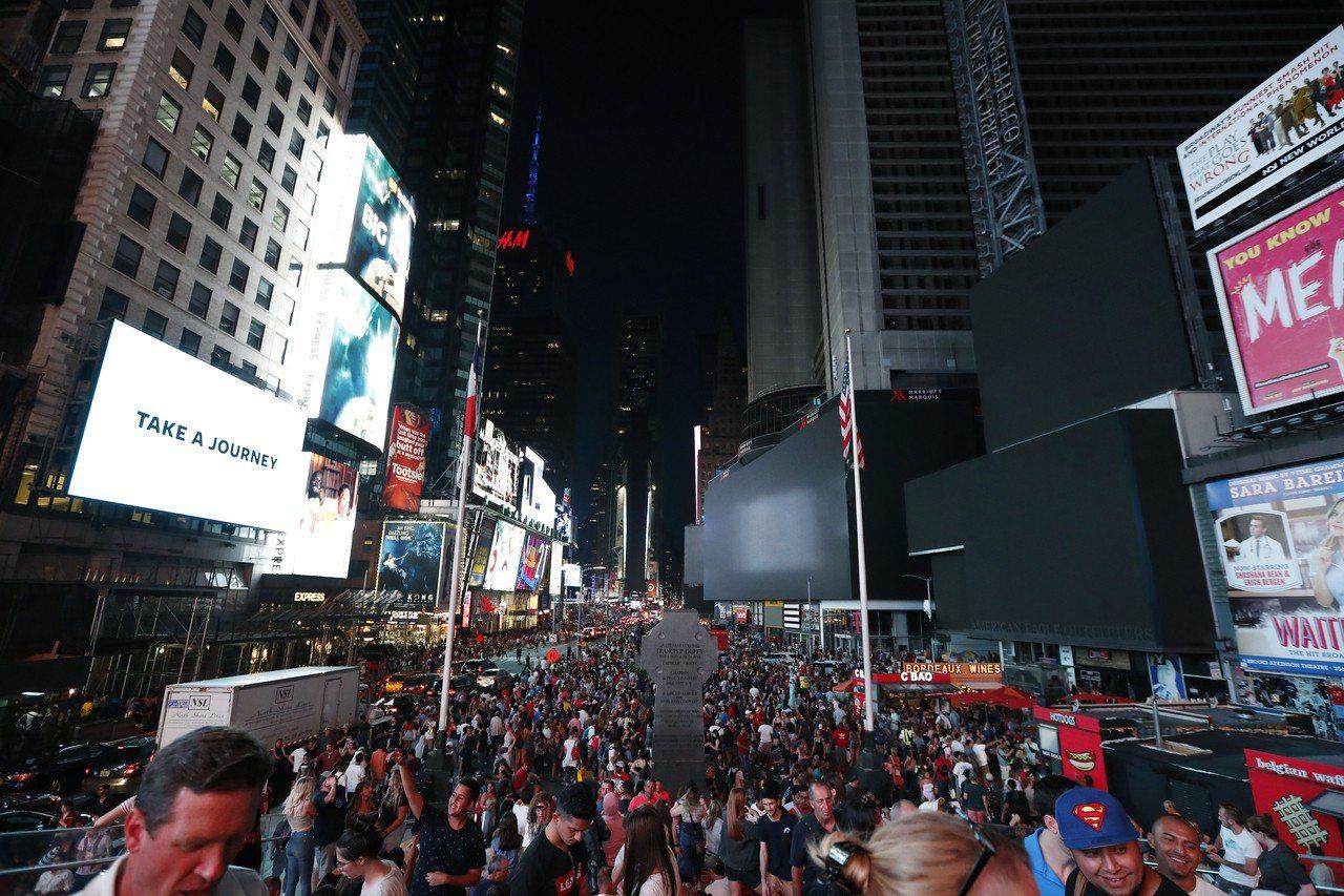 時報廣場看板熄燈。美聯社