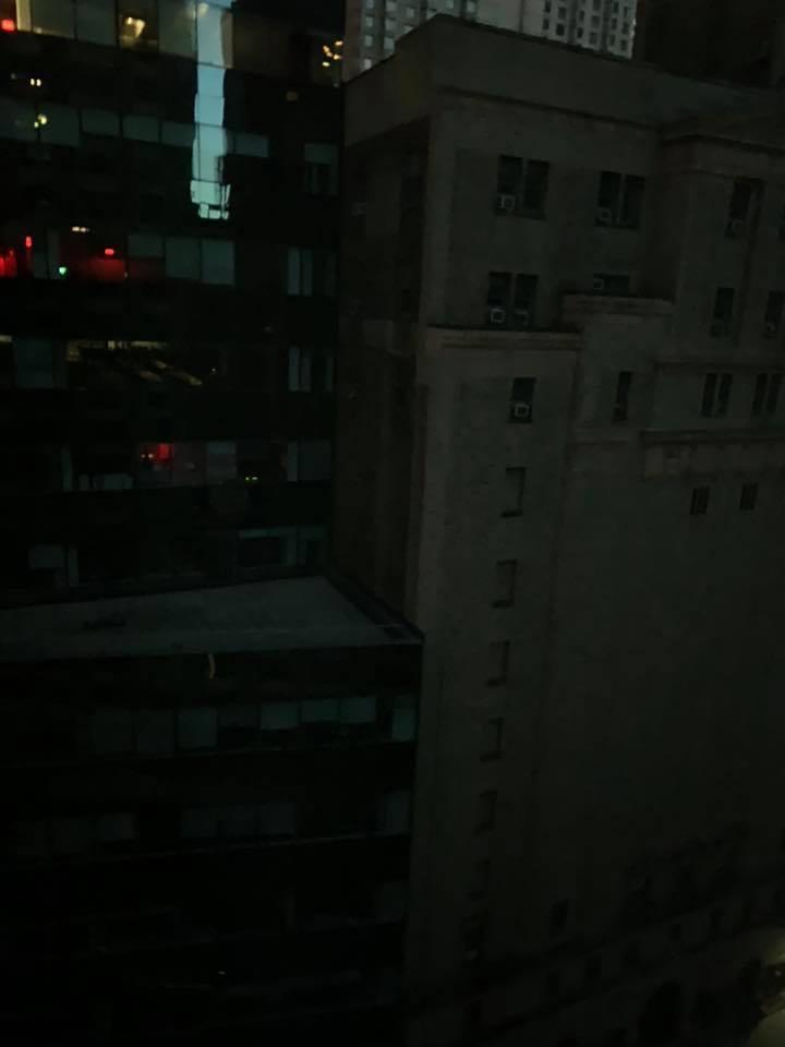 曾寶儀從飯店房間窗外拍下一片漆黑景色。 圖/擷自曾寶儀臉書