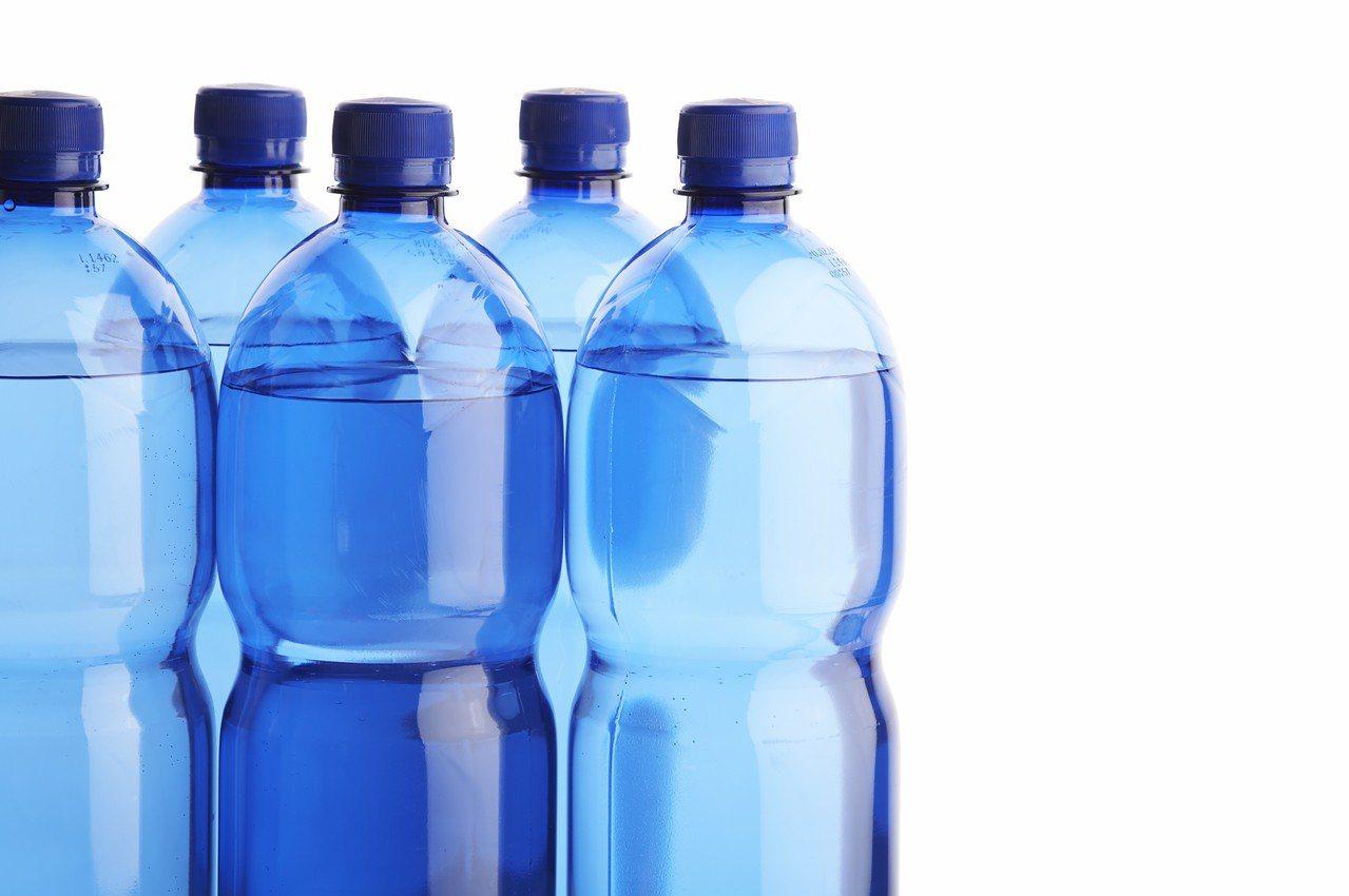 瓶裝水中的塑膠微粒超乎你我想像。圖/ingimage