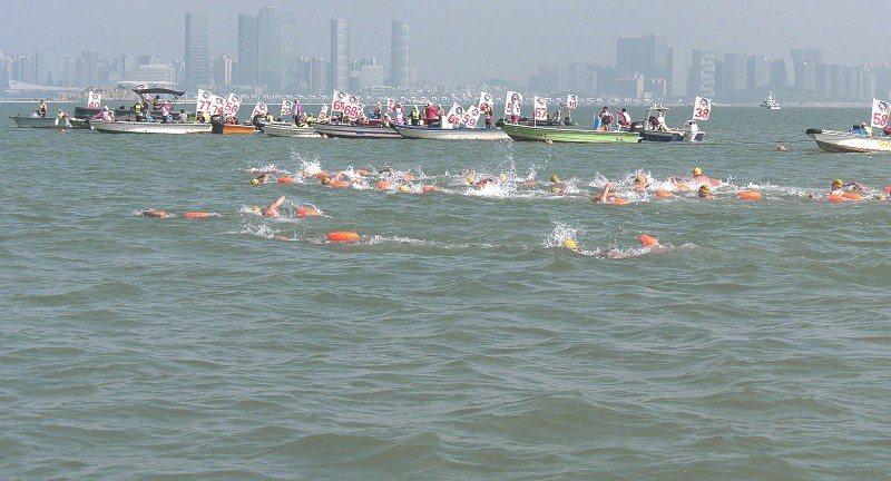 金廈泳度選手在海上奮力比賽。 主辦單位提供
