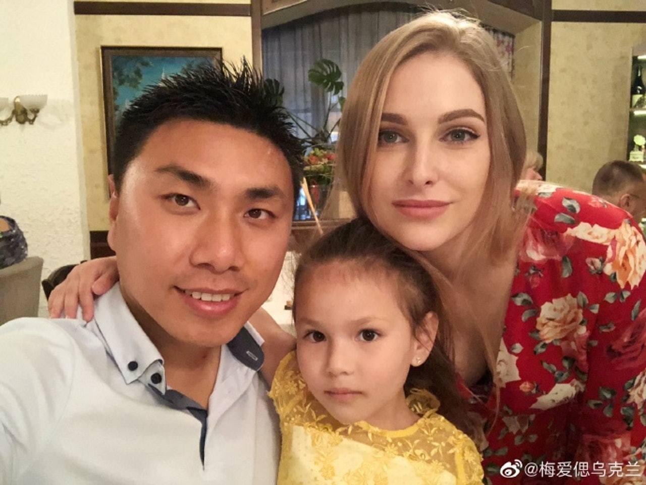 梅愛偲已經落地生根,與妻子達莎梅育有一女,生活幸福。(梅愛偲微博圖片)