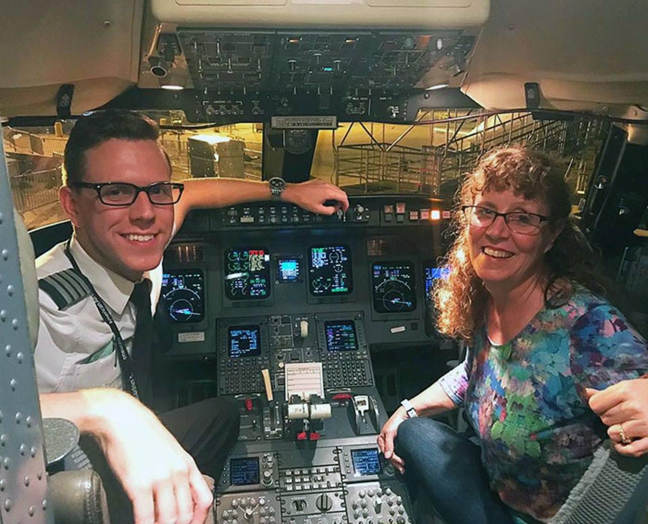 瑪莉為乘搭兒子開的飛機,不惜苦等7小時,最後成為機上唯一一個乘客。(「Ryan ...