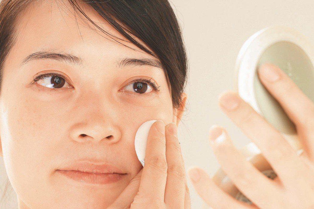 化妝與補妝帶來的美麗短暫,長期下來還可能將毛孔愈撐愈大。本報資料照片