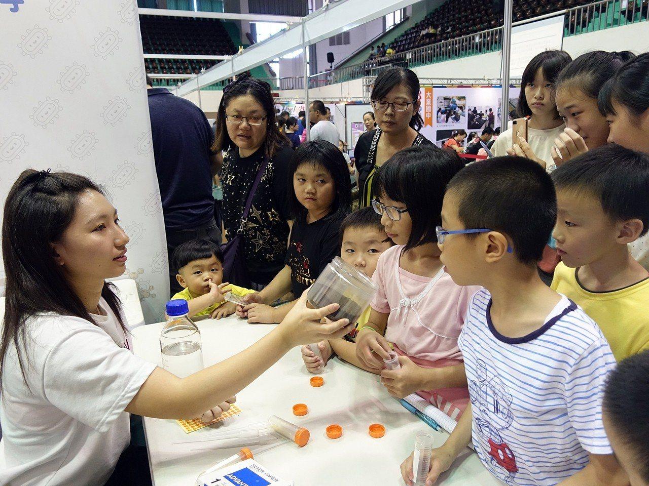 嘉義市「科學168教育博覽會」即日起到16日展開,今年新增「創客教室」及「創客作...
