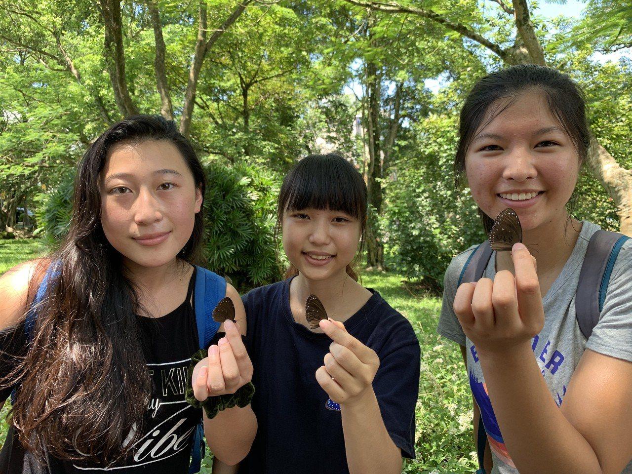國際志工參與紫斑蝶標放。記者吳淑玲/攝影