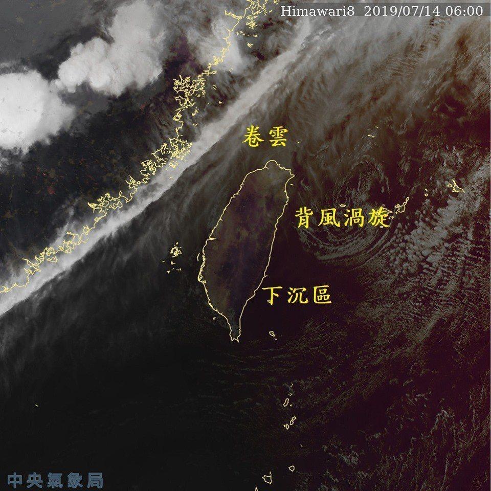 鄭明典表示,台灣西北方一條細長明顯的卷雲帶,是更西側強對流區的雲頂外流氣流和高層...