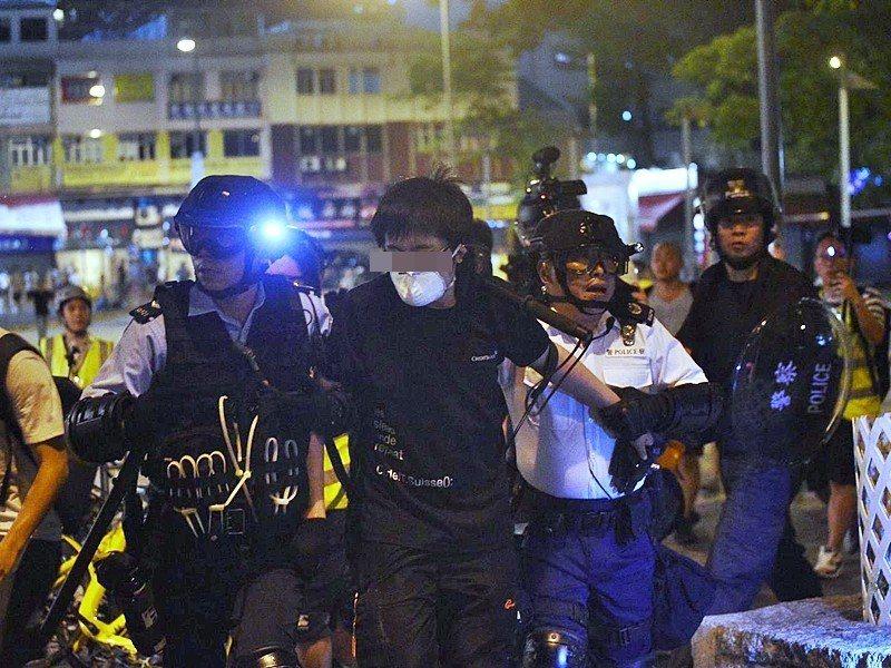 香港警方拘捕兩名男子。取自星島網