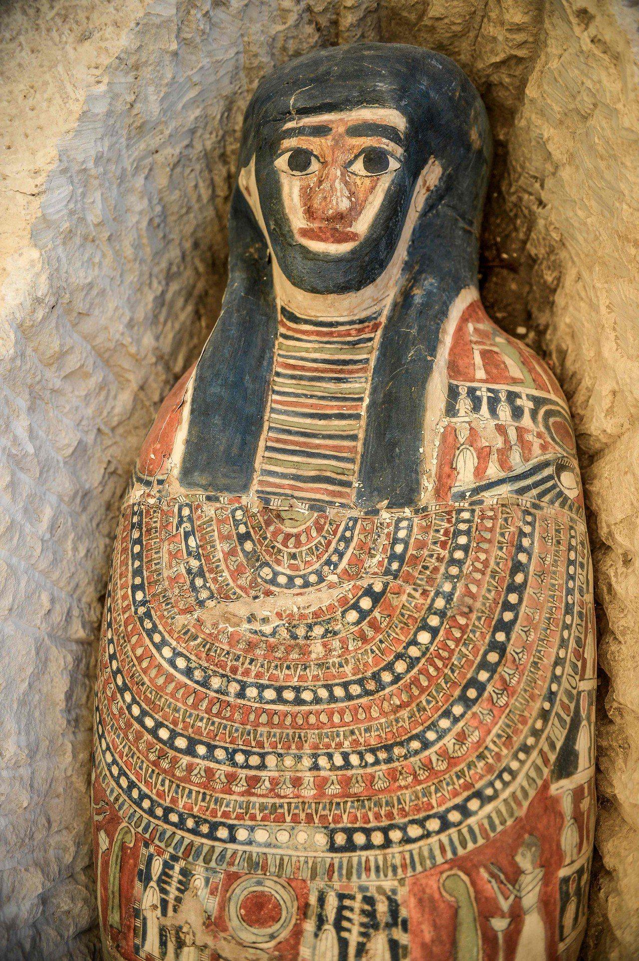 埃及今起開放最古老金字塔其中兩座,曲折(Bent)金字塔及其周邊金字塔,這是自1...