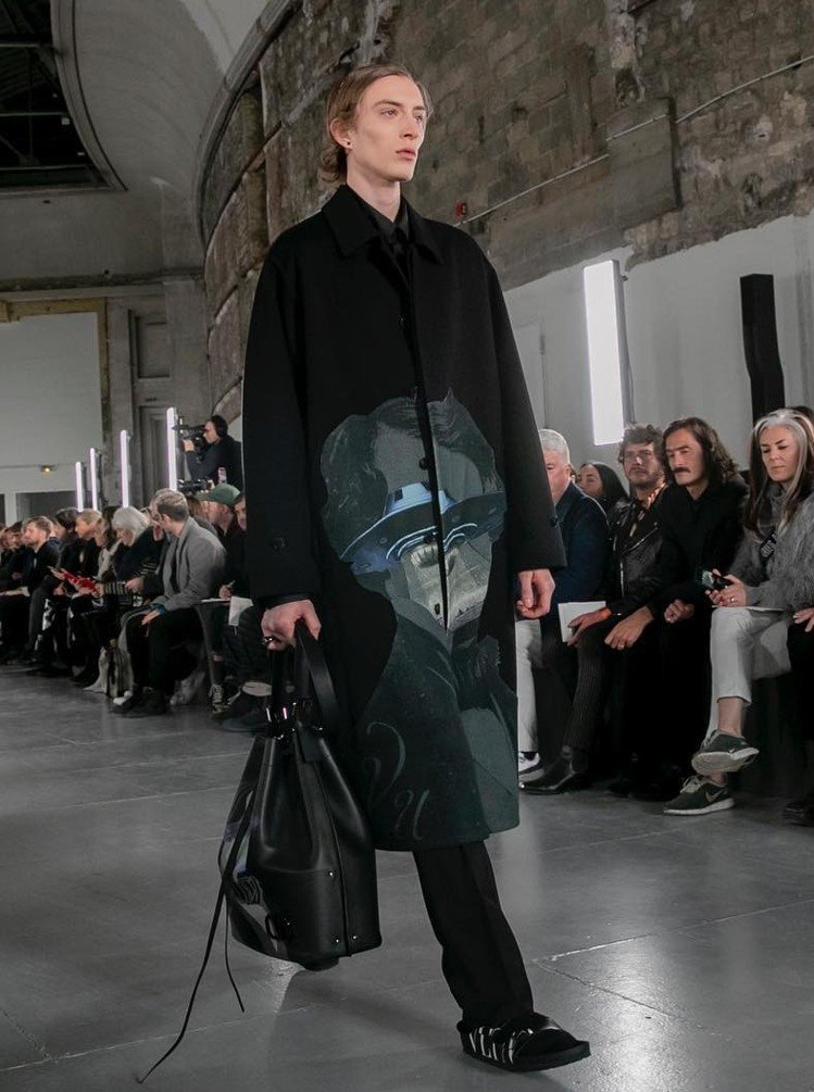 Valentino攜手Birkenstock勃肯鞋推出聯名鞋款,以混搭方式帶來嶄...